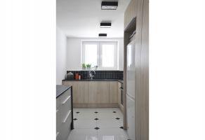 """W wąskiej kuchni typu """"tramwaj"""" powstała przestrzeń, w której wygodnie gotują dwie osoby. Projekt i zdjęcia: Dominika Wojciechowska (NIDUS Interiors)"""