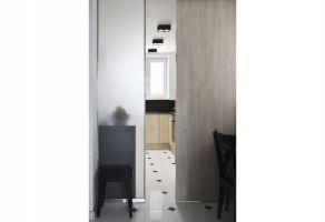 Korytarz zamienił się w funkcjonalną, codzienną jadalnię, którą jednym ruchem przesuwnych drzwi można otworzyć na kuchnię. Projekt i zdjęcia: Dominika Wojciechowska (NIDUS Interiors)