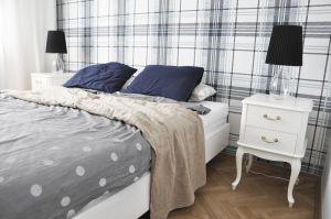 Sypialnia w odcieniach błękitu - ulubionym kolorze pani domu - zadaje szyku dzięki nowej oprawie okna i tapecie na ścianie za łóżkiem. Projekt i zdjęcia: Dominika Wojciechowska (NIDUS Interiors)