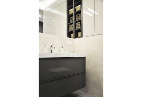 Konsekwentnym uzupełnieniem jest funkcjonalna łazienka utrzymana w tonacji całego mieszkania. Projekt i zdjęcia: Dominika Wojciechowska (NIDUS Interiors)