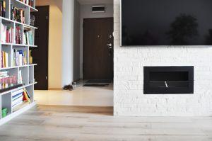 W projekcie otwartej strefy dziennej, architekt zamiast typowych ścian działowych zdecydowała się wykorzystać wielofunkcyjną zabudowę meblarską. Projekt i zdjęcia: Dominika Wojciechowska (NIDUS Interiors)