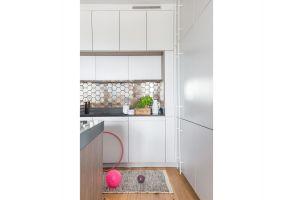 Heksagonalne płytki w miedzianym kolorze pojawiają się w kuchni i w łazience. Te kuchenne to ręcznie tworzona ceramika. Projekt: Dominika Wojciechowska (NIDUS Interiors). Fot. Pion Poziom