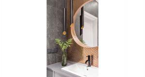 Charakteru głównej łazience nadaje metaliczna miedziana mozaika oraz detale wykończenia w tym samym kolorze. Projekt: Dominika Wojciechowska (NIDUS Interiors). Fot. Pion Poziom