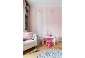 Pudrowy róż, który w całym mieszkaniu pojawia się w dodatkach, w pełni wybrzmiewa w strefie dziecięcej. Projekt: Dominika Wojciechowska (NIDUS Interiors). Fot. Pion Poziom