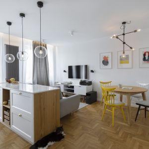 Lokatorzy nie potrzebowali oddzielnej kuchni. Otwarcie wnętrza na salon optycznie powiększyło przestrzeń, przy czym udało się zachować czytelny podział przestrzeni. Projekt: Biuro architektoniczne Madama. Fot.  Yassen Hristov