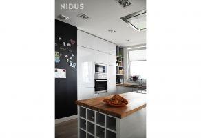 Do kuchni łatwo się dostać z przedpokoju, by rozpakować zakupy, a jednocześnie pozwala podczas gotowania przebywać w towarzystwie domowników bawiących się w salonie. Projekt: Dominika Wojciechowska (NIDUS Interiors).