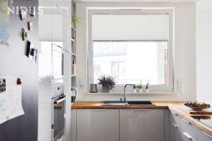 Nowoczesna kuchnia otwarta na salon stała się sercem domu. Projekt: Dominika Wojciechowska (NIDUS Interiors).