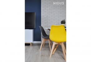 Okrągły stół oddziela kuchnię od części wypoczynkowej. Projekt: Dominika Wojciechowska (NIDUS Interiors).