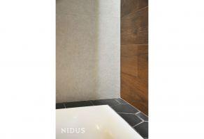 W łazience uwagę zwracają precyzyjnie wykończone detale. Projekt: Dominika Wojciechowska (NIDUS Interiors).