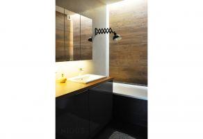 Łazienkę zaaranżowano w klimacie domowego spa, tak by sprzyjała wyciszeniu. Projekt: Dominika Wojciechowska (NIDUS Interiors).