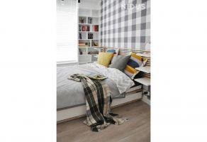 Zastosowane wzory i kolorystyka wprowadzają do sypialni ciepły, przytulny nastrój. Projekt: Dominika Wojciechowska (NIDUS Interiors).