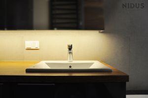 Nastrojowe oświetlenie w łazience pomaga się odprężyć i zrelaksować. Projekt: Dominika Wojciechowska (NIDUS Interiors).