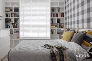 W sypialni najważniejszym elementem stała się indywidualnie zaprojektowana biblioteczka okalająca okno. Projekt: Dominika Wojciechowska (NIDUS Interiors).