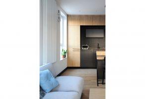 Spójna estetycznie koncepcja wnętrza bazuje na połączeniu dębowego forniru z czernią, granatem i bielą. Projekt: Dominika Wojciechowska (NIDUS Interiors)