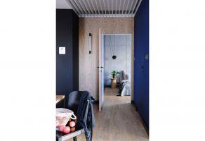 Ciekawym elementem dekoracyjnym przedpokoju jest pergolowy sufit podwieszany, który następnie ma swoją kontynuację w łazience. Projekt: Dominika Wojciechowska (NIDUS Interiors)