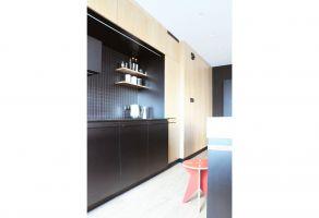 Komfortowa, otwarta przestrzeń dzienna obejmuje dawną kuchnię, salon i korytarz, a po otwarciu drzwi na balkon rozciąga się jeszcze dalej. Projekt: Dominika Wojciechowska (NIDUS Interiors)