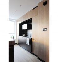 Minimalistyczna kuchenna zabudowa oferuje wiele miejsca do przechowywania. Projekt: Dominika Wojciechowska (NIDUS Interiors)