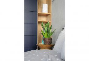 Jasny, dębowy fornir i naturalna zieleń roślin wprowadza do sypialni ciepły, przytulny nastrój. Projekt: Dominika Wojciechowska (NIDUS Interiors)