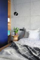 Zastosowana w sypialni kolorystyka nawiązuje do pozostałych pomieszczeń. Projekt: Dominika Wojciechowska (NIDUS Interiors)
