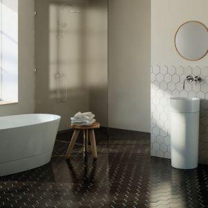 Nowoczesna, minimalistyczna wanna Duo II wyposażona w dodatkowy panel dostępny w trzech opcjach kolorystycznych: biały, biały mat, czarny. Fot. Marmorin