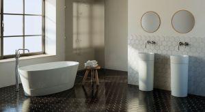 Urządzając łazienkę o dużym metrażu starajmy się jak najlepiej wykorzystać potencjał przestrzeni i urządzić wnętrze z myślą o różnych przyzwyczajeniach i potrzebach jego użytkowników. Warto mieć również na uwadze aktualne trendy.<b