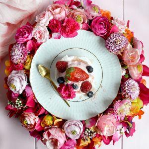 Kolekcja porcelany Sofia idealnie dopełni wystrój wiosennego stołu i uzupełni przestrzeń wokół świeżych kwiatów.