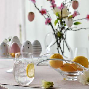 Prostota i ekstrawagancja w jednym, czyli szklana aranżacja stołu na Wielkanoc. Fot. Krosno
