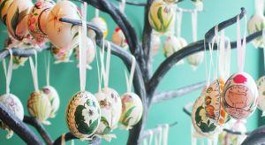 Corazbliżej święta, a więc przymierzamy się dodekorowania naszych domów. Chętnie sięgamy po świeże kwiaty, bazie, czy ceramiczne figurki oraz pisanki.