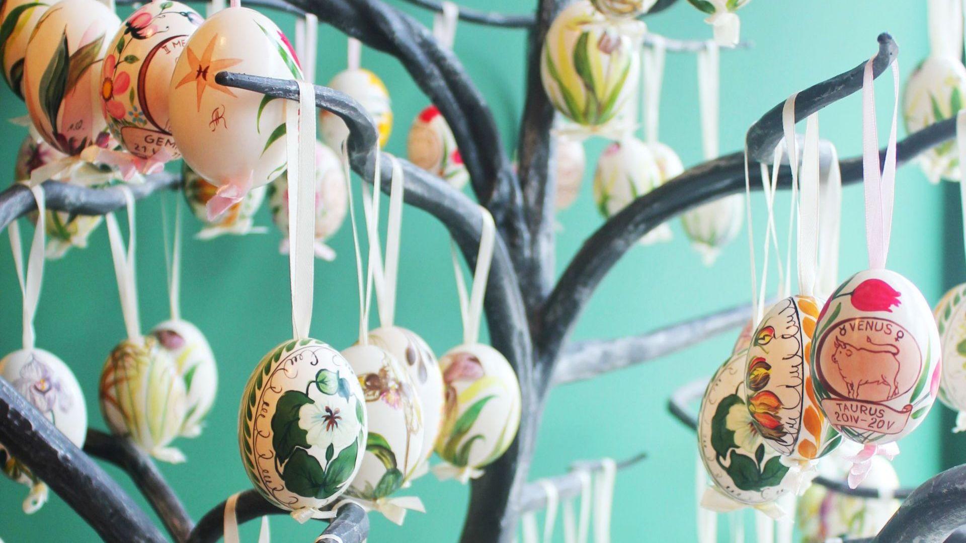 Pisanki na wydmuszkach kaczych jaj malowane w kwiaty. Fot. Bombkarnia