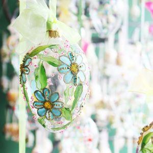 Szklane jajka z kwiatową dekoracją. Fot. Bombkarnia