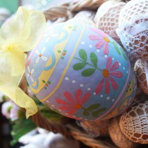Szklane jajka malowane w szlaczki. Fot. Bombkarnia