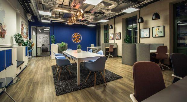 Nowoczesne biuro i dynamiczny styl w zabytkowym wnętrzu - zobacz biuro Lloyd Properties