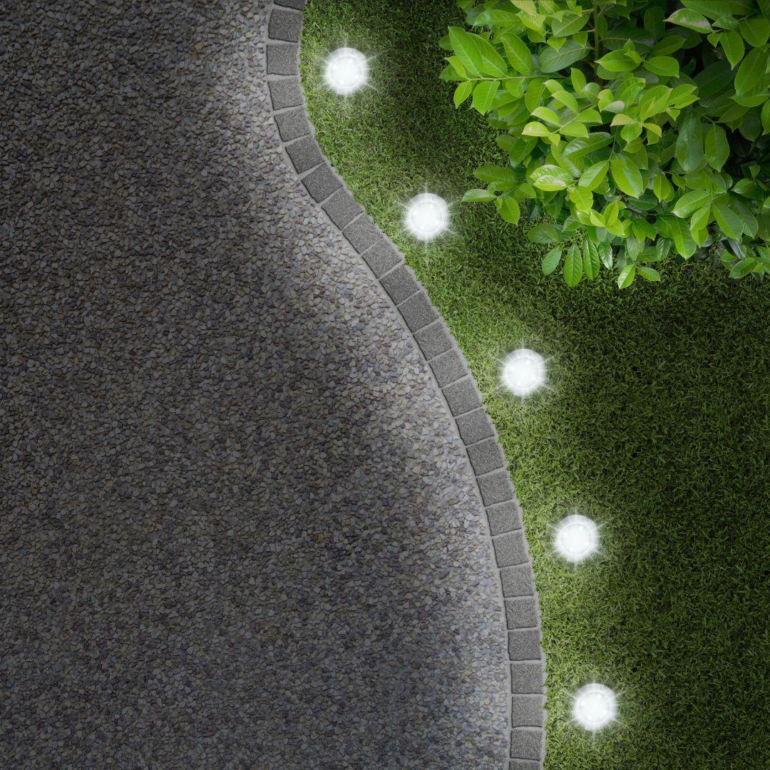 Aranżacja ogrodu - lampki solarne. Fot. Activejet