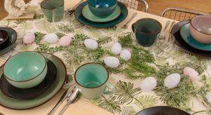 Wiosna – nasz wielkanocny gość. To propozycja dla tych, którzy lubią dekoracje kwiatowe, kolorowe pisanki i zastawę stołową z radosnymi detalami.