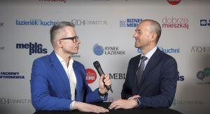Podczas Forum Branży Łazienkowej i Kuchennej rozmawialiśmy z Adamem Ptasińskim, prezesem Synage oraz LogiQ, o nowym projekcie Grupy Refleks - Synage, który ma wprowadzić synergię pomiędzy kanałami offline i online w sieci salonów łazienek BLU.