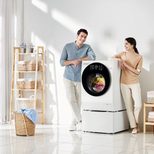 Pralka TWINWash™ jest delikatna dla ubrań, ale jednocześnie pozwala na bardzo skuteczne i szybkie pranie. Dzięki funkcji prania parowego usuwane jest 99,9% alergenów występujących w domu, a także zagniecenia i nieprzyjemne zapachy. Cena: 6.898 zł. Dostępna w ofercie firmy LG. Fot. LG
