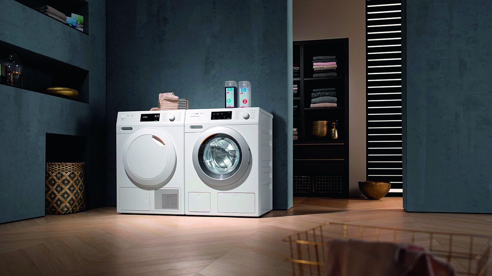 WCE 670 TDos Wifi pralka wyposażona w TwinDos - rewolucyjny dwufazowy system automatycznego dozowania detergentów gwarantujący doskonałe efekty prania. Za pomocą jednego przycisku dobiera odpowiednią ilość detergentu wzależności od programu prania i stopnia zabrudzenia tkanin. Cena: 4,990 zł. Dostępna w ofercie firmy Miele. Fot. Miele
