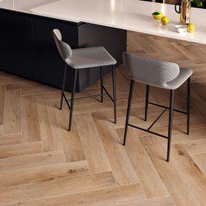 Płytki gresowe z kolekcji Fuerta Sabbia imitują dekor drewna w ciepłym wybarwieniu. Mają format tradycyjnej deski podłogowej, która można układać w jodełkę. Fot. Cerrad