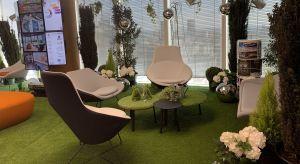 Dzisiejsze profesjonalnie zaprojektowane przestrzenie biurowe tworzą dobry klimat do działania, łącząc funkcjonalne strefy do pracy z miejscami relaksu. Aranżacja przestrzeni, użyte kolory i materiały oddają charakter marki. Biurową przestrzeń