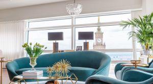 Wnętrza apartamentu położonego na 46 piętrze przy Złotej 44 utrzymane są w duchu nowoczesnej klasyki z nutą glamour. Całości dopełnia zapierający dech w piersi widok na Pałac Kultury.