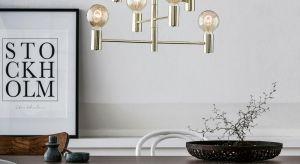 W skandynawskim wnętrzu odnajdą się oszczędne w wyrazie lampy podłogowe, które wykonano z drewna. Możemy wybrać metalowy żyrandol w kolorze złotym - z abażurem wewnątrz klatki lub z 6 ramionami zakończonymi żarówkami.