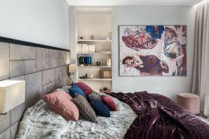 W centralnej części sypialni właścicieli stanęło duże łóżko z wygodnym wezgłowiem obitym alcantarą. Projekt: Katarzyna Kraszewska. Fot. Tom Kurek. Stylizacja: Eliza Mrozińska