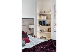 Pani domu zależało, żeby sypialnia była naprawdę luksusowa, ale też przytulna, dlatego pojawiło się tu sporo pluszowych tkanin, atłasów i welwetów, a na podłodze miękka, ciepła wykładzina. Projekt: Katarzyna Kraszewska. Fot. Tom Kurek. Stylizacja: Eliza Mrozińska