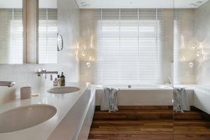 Łazienka gospodarzy robi wrażenie kąpielowego salonu na luksusowym jachcie.  Projekt: Katarzyna Kraszewska. Fot. Tom Kurek. Stylizacja: Eliza Mrozińska