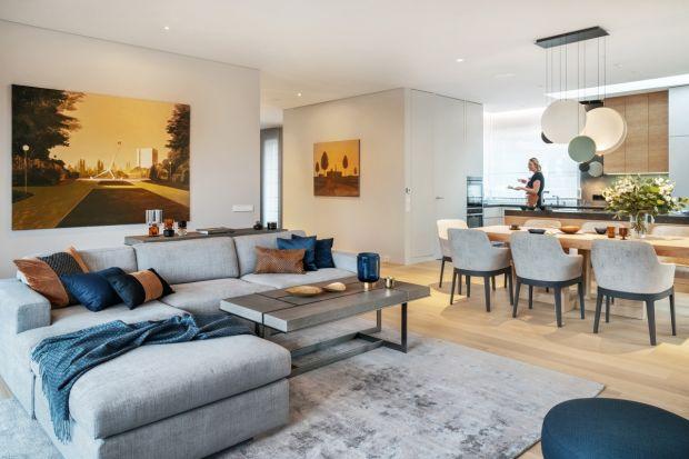 Właściciele zamarzyli o nowym domu, który będzie tak samo przytulny jak poprzedni, ale nowocześniejszy i bardziej komfortowy. Koniecznie z wygodną kuchnią, bo uwielbiają gotować i przyjmować gości.