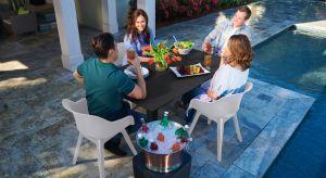 Jeśli tylko pogoda dopisze większość z nas spędzi długi majowy weekend na powietrzu, w ogrodach, na tarasach. Aby czas ten upłynął przyjemnie, na wypoczynku i relaksie warto zadbać o odpowiednie i funkcjonalne meble czy dodatki. Podpowiadamy, ja