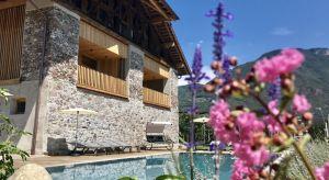 Południowy Tyrol zachwyca szczególnie wiosną, kiedy kwitną jabłonie. Jednak przez cały rok turyści odwiedzający północny region Włoch mogą cieszyć się pyszną, regionalną kuchnią, zapierającymi dech w piersiach krajobrazami oraz, przede w