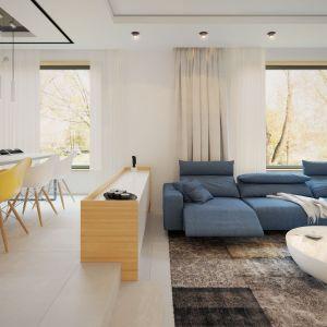 Wnętrze strefy dziennej zaprojektowano z dużym wyczuciem smaku. Dominuje tu biel i drewno. Dom Igo 2. Projekt i zdjęcia: Archetyp