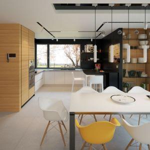 Kuchnia to zgrany duet bieli i czerni. Duże narożne okno rozświetla przestrzeń i nadaje mu niepowtarzalnego uroku. Dom Igo 2. Projekt i zdjęcia: Archetyp