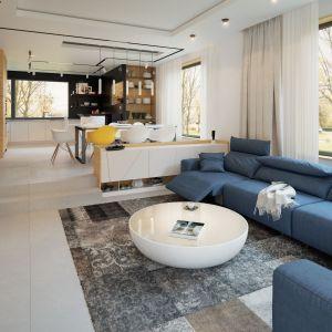 Przestronna część dzienna z dużymi przeszkleniami, złożona z salonu i jadalni, płynnie łączy wnętrze domu z rozległym, częściowo zadaszonym tarasem. Dom Igo 2. Projekt i zdjęcia: Archetyp